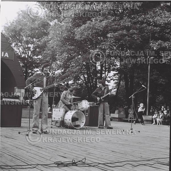 # 1223 - 1973r., Bytom-Bobrek - koncert Czerwonych Gitar w składzie: Seweryn Krajewski, Jerzy Skrzypczyk, Bernard Dornowski.