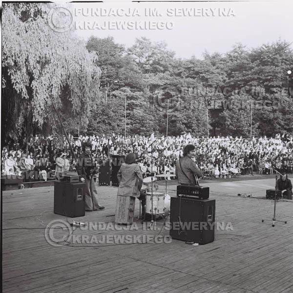 # 1228 - 1973r., Bytom-Bobrek - koncert Czerwonych Gitar w składzie: Seweryn Krajewski, Jerzy Skrzypczyk, Bernard Dornowski.