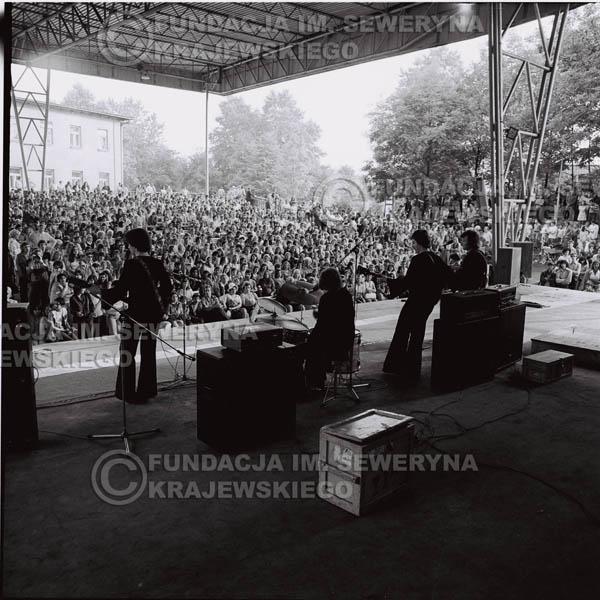 # 1236 - 1975r. koncert Czerwonych Gitar w Ostrawie w ówczesnej Czechosłowacji na terenach wystawowych 'Czarna Łąka'.