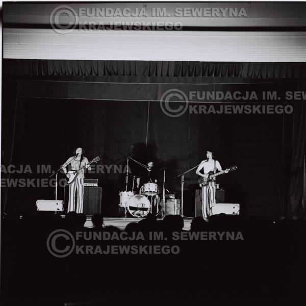 # 1242 - 1973r., koncert Czerwonych Gitar w Teatrze Polskim we Wrocławiu. Czerwone gitary po odejściu Krzysztofa Klenczona w składzie: Seweryn Krajewski, Jerzy Skrzypczyk, Bernard Dornowski.