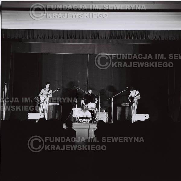 # 1243 - 1973r., koncert Czerwonych Gitar w Teatrze Polskim we Wrocławiu. Czerwone gitary po odejściu Krzysztofa Klenczona w składzie: Seweryn Krajewski, Jerzy Skrzypczyk, Bernard Dornowski.