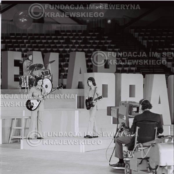 # 1259 - 1975r. TV Katowice, program telewizyjny 'Studio Rondo' realizowany w katowickim Pałacu Młodzieży, występ Czerwonych Gitar w składzie: Seweryn Krajewski, Jerzy Skrzypczyk, Bernard Dornowski.