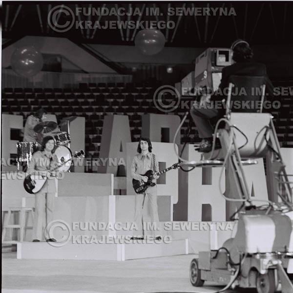 # 1270 - 1975r. TV Katowice, program telewizyjny 'Studio Rondo' realizowany w katowickim Pałacu Młodzieży, występ Czerwonych Gitar w składzie: Seweryn Krajewski, Jerzy Skrzypczyk, Bernard Dornowski.
