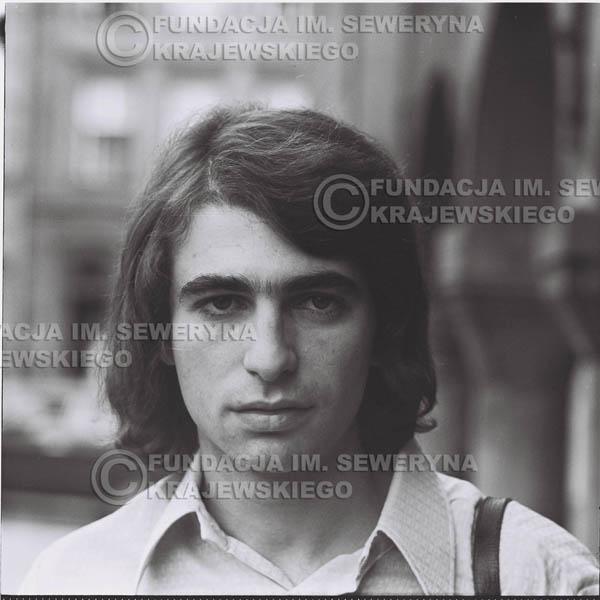 # 1276 - 1975r. Seweryn Krajewski przed Pałacem Młodzieży w Katowicach