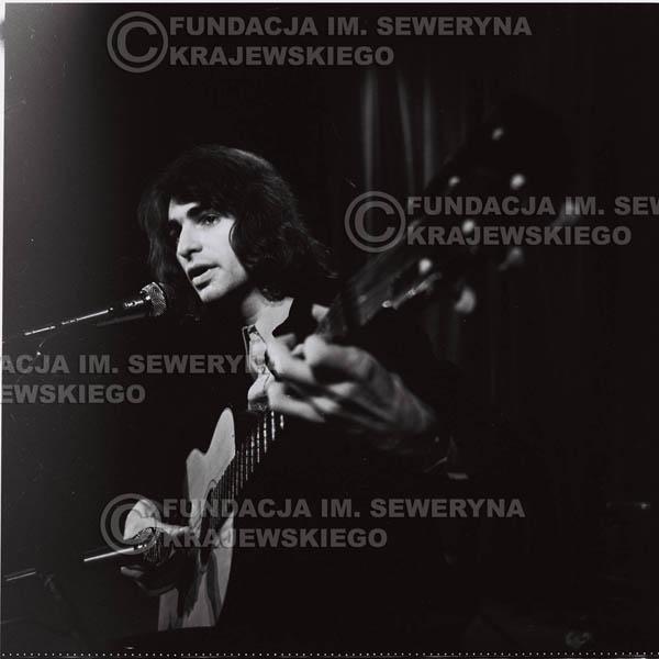 # 1296 - Seweryn Krajewski – 1974r. koncert Czerwonych Gitar w Teatrze Letnim w Sopocie. Dodatkową atrakcją dla widzów była wystawa zdjęć Czerwonych Gitar autorstwa Lesława Sagana, która niestety została skradziona w całości.