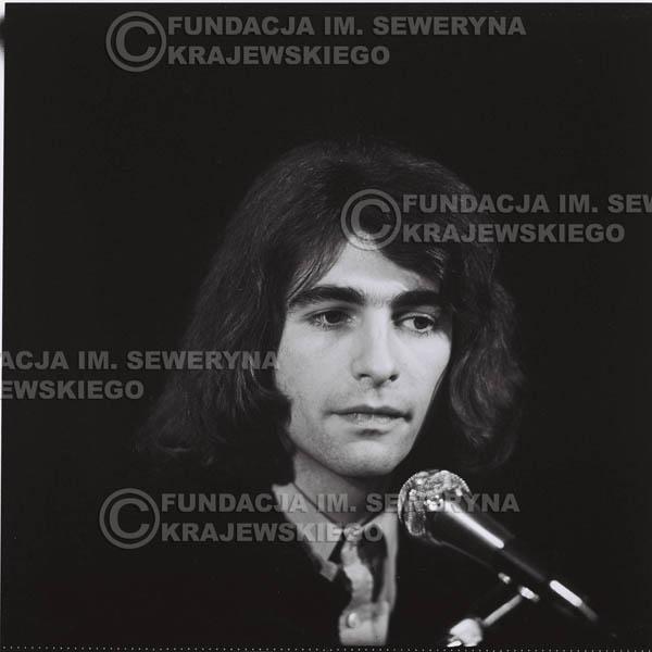 # 1298 - Seweryn Krajewski – 1974r. koncert Czerwonych Gitar w Teatrze Letnim w Sopocie. Dodatkową atrakcją dla widzów była wystawa zdjęć Czerwonych Gitar autorstwa Lesława Sagana, która niestety została skradziona w całości.