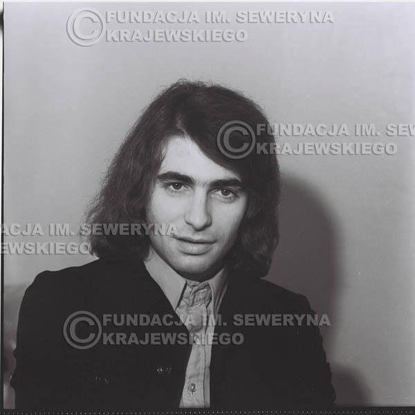 # 1304 - Seweryn Krajewski – 1974r. koncert Czerwonych Gitar w Teatrze Letnim w Sopocie. Dodatkową atrakcją dla widzów była wystawa zdjęć Czerwonych Gitar autorstwa Lesława Sagana, która niestety została skradziona w całości.