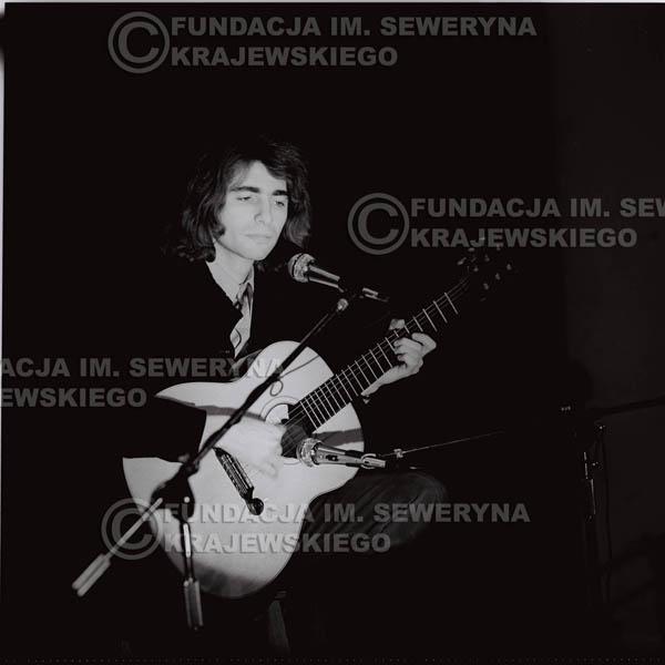 # 1307 - Seweryn Krajewski – 1974r. koncert Czerwonych Gitar w Teatrze Letnim w Sopocie. Dodatkową atrakcją dla widzów była wystawa zdjęć Czerwonych Gitar autorstwa Lesława Sagana, która niestety została skradziona w całości.