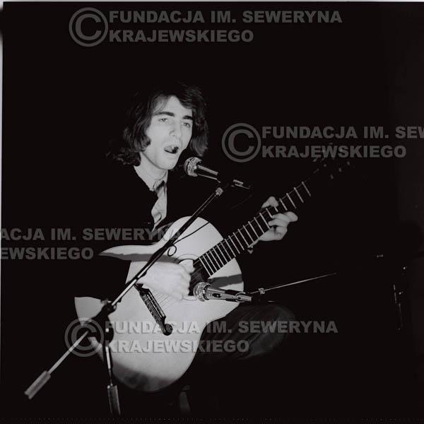 # 1308 - Seweryn Krajewski – 1974r. koncert Czerwonych Gitar w Teatrze Letnim w Sopocie. Dodatkową atrakcją dla widzów była wystawa zdjęć Czerwonych Gitar autorstwa Lesława Sagana, która niestety została skradziona w całości.