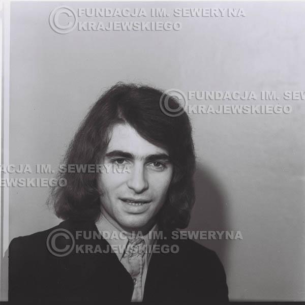 # 1310 - Seweryn Krajewski – 1974r. koncert Czerwonych Gitar w Teatrze Letnim w Sopocie. Dodatkową atrakcją dla widzów była wystawa zdjęć Czerwonych Gitar autorstwa Lesława Sagana, która niestety została skradziona w całości.