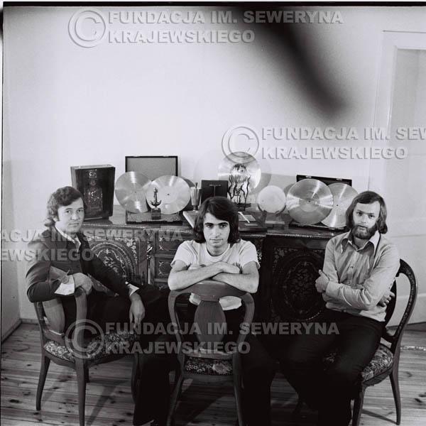 # 1315 - Od lewej: Bernard Dornowski Seweryn Krajewski, Jerzy Skrzypczyk – 1974r. w domu Seweryna Krajewskiego w Sopocie.