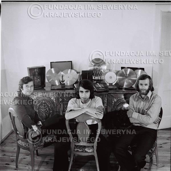 # 1317 - Od lewej: Bernard Dornowski Seweryn Krajewski, Jerzy Skrzypczyk – 1974r. w domu Seweryna Krajewskiego w Sopocie.