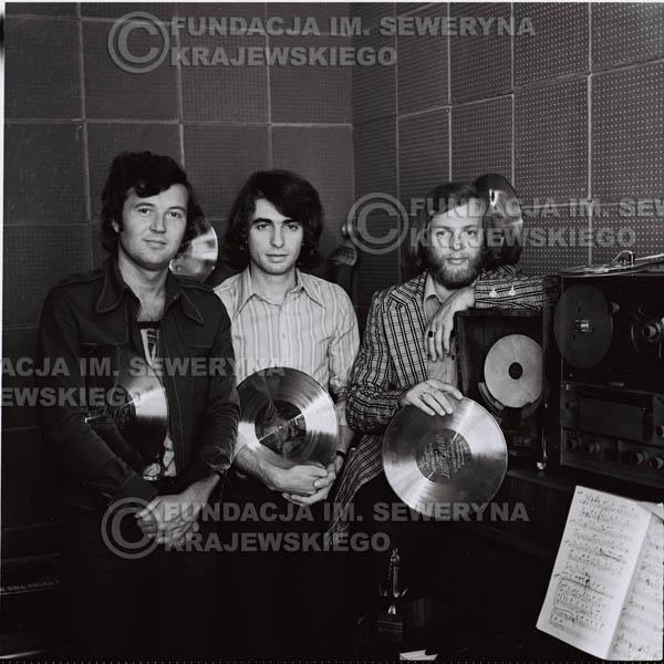 # 1319 - Od lewej: Bernard Dornowski Seweryn Krajewski, Jerzy Skrzypczyk ze Złotymi płytami - 1974r. w małym domowym studio w mieszkaniu Seweryna Krajewskiego w Sopocie.