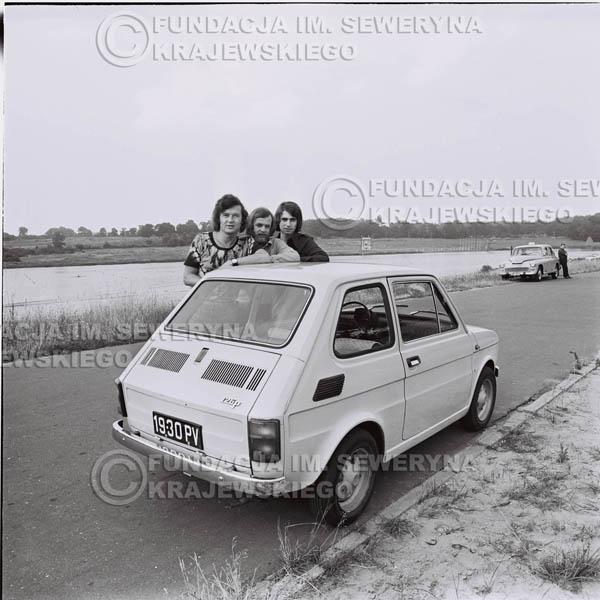 # 1321 - Poznań 1974 rok- Czerwone Gitary (w składzie: Seweryn Krajewski, Bernard Dornowski, Jerzy Skrzypczyk) z Fiatem 126p nad Jeziorem Malta, ówczesna propozycja reklamowa, która jednak nie doszła do skutku. Powstała nawet piosenka o małym polskim Fiacie