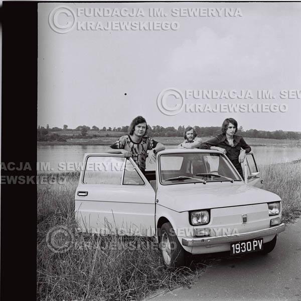 # 1324 - Poznań 1974 rok- Czerwone Gitary (w składzie: Seweryn Krajewski, Bernard Dornowski, Jerzy Skrzypczyk) z Fiatem 126p nad Jeziorem Malta, ówczesna propozycja reklamowa, która jednak nie doszła do skutku. Powstała nawet piosenka o małym polskim Fiacie