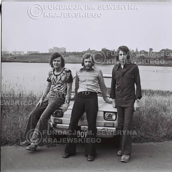 # 1328 - Poznań 1974 rok- Czerwone Gitary (w składzie: Seweryn Krajewski, Bernard Dornowski, Jerzy Skrzypczyk) z Fiatem 126p nad Jeziorem Malta, ówczesna propozycja reklamowa, która jednak nie doszła do skutku. Powstała nawet piosenka o małym polskim Fiacie