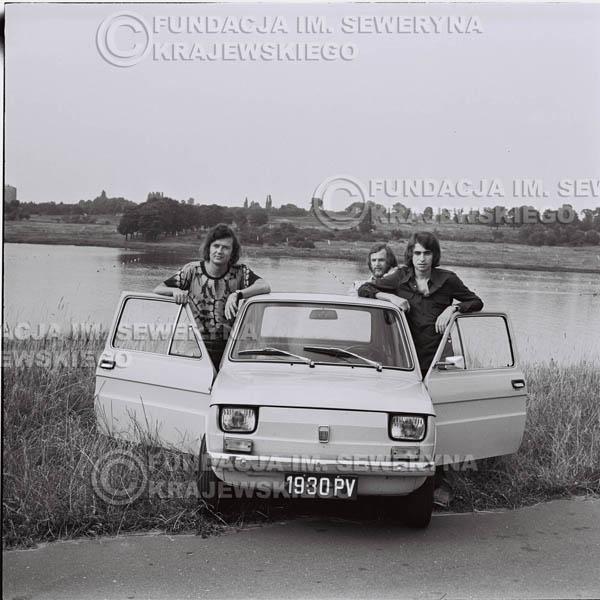 # 1330 - Poznań 1974 rok- Czerwone Gitary (w składzie: Seweryn Krajewski, Bernard Dornowski, Jerzy Skrzypczyk) z Fiatem 126p nad Jeziorem Malta, ówczesna propozycja reklamowa, która jednak nie doszła do skutku. Powstała nawet piosenka o małym polskim Fiacie