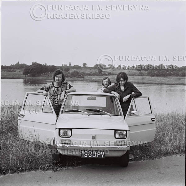 # 1331 - Poznań 1974 rok- Czerwone Gitary (w składzie: Seweryn Krajewski, Bernard Dornowski, Jerzy Skrzypczyk) z Fiatem 126p nad Jeziorem Malta, ówczesna propozycja reklamowa, która jednak nie doszła do skutku. Powstała nawet piosenka o małym polskim Fiacie