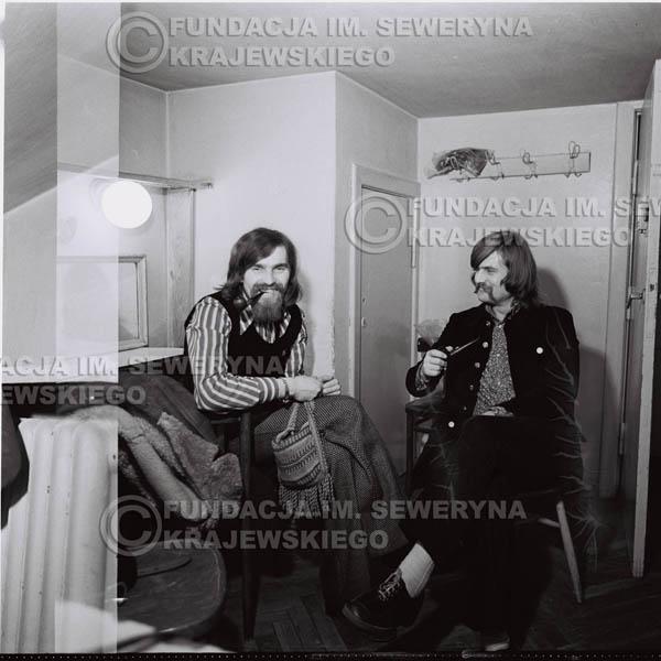 # 1332 - 1974r. Zbigniew Łukasiewicz – ówczesny akustyk zespołu i Bernard Dornowski – gitarzysta basowy