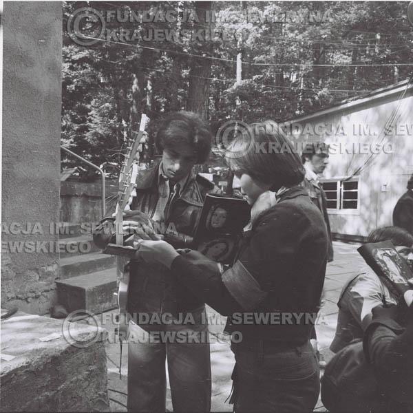 # 1342 - Seweryn Krajewski rozdaje autografy – 1977r. Pierwszy Międzynarodowy Festiwal INTERWIZJI w Sopocie.