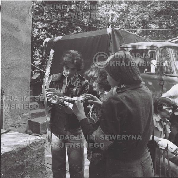 # 1343 - Seweryn Krajewski rozdaje autografy – 1977r. Pierwszy Międzynarodowy Festiwal INTERWIZJI w Sopocie.