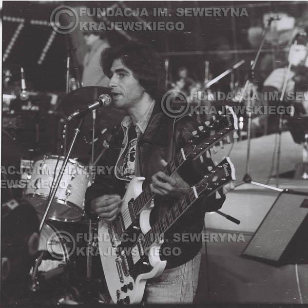 # 1344 - Seweryn Krajewski rozdaje autografy – 1977r. Pierwszy Międzynarodowy Festiwal INTERWIZJI w Sopocie.