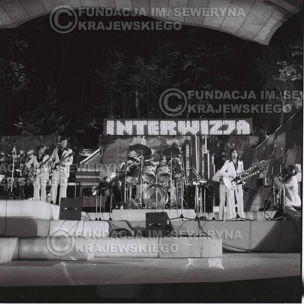 # 1345 - Seweryn Krajewski rozdaje autografy – 1977r. Pierwszy Międzynarodowy Festiwal INTERWIZJI w Sopocie.
