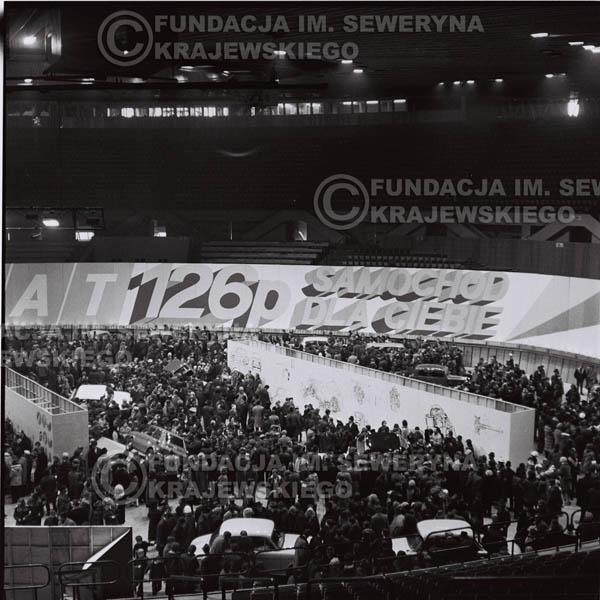 # 1364 - 1972r. Katowice, Hala Widowiskowo-Sportowa 'Spodek', Wielka Wystawa Samochodów, prezentacja polskiego Fiata 126p.
