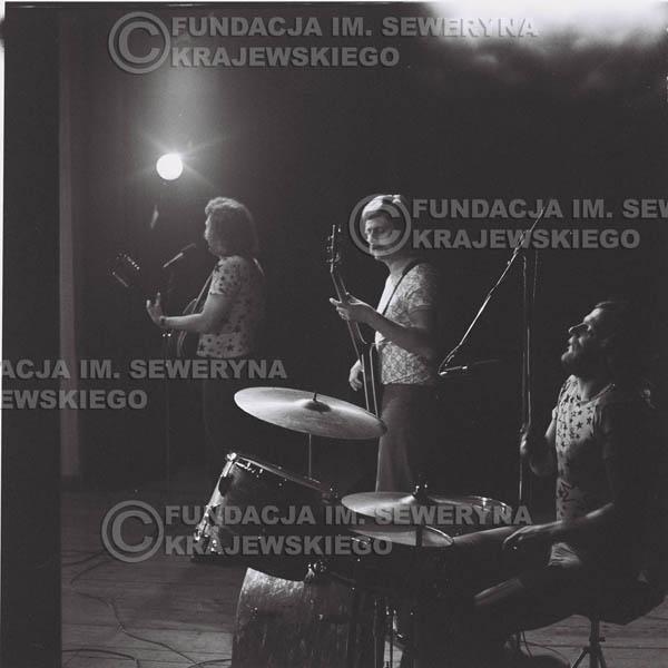 # 1376 - 1974r. Sanok, koncert Czerwonych Gitar, na pierwszym planie Ryszard Kaczmarek