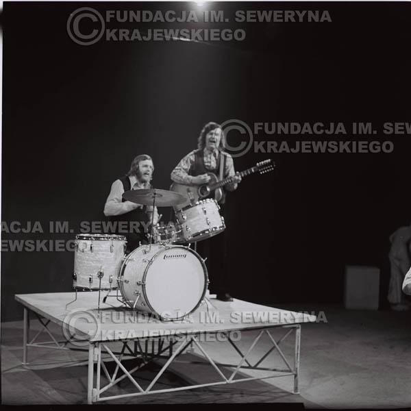 # 1383 - 1975r. studio TV Katowice, wręczenie zespołowi Złotej Płyty . Występ Czerwonych Gitar. Jerzy Skrzypczyk I Bernard Dornowski