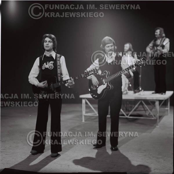 # 1384 - 1975r. studio TV Katowice, wręczenie zespołowi Złotej Płyty . Występ Czerwonych Gitar. Na pierwszym planie Seweryn Krajewski I Ryszard Kaczmarek.