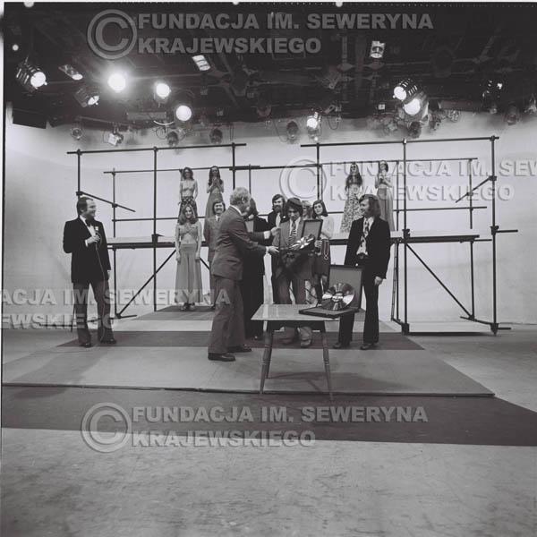 # 1394 - 1975r. studio TV Katowice, wręczenie zespołowi Złotej Płyty za Longplay 'Spokój Serca' przez v-ce dyrektora Polskich Nagrań Józefa Pielkę.