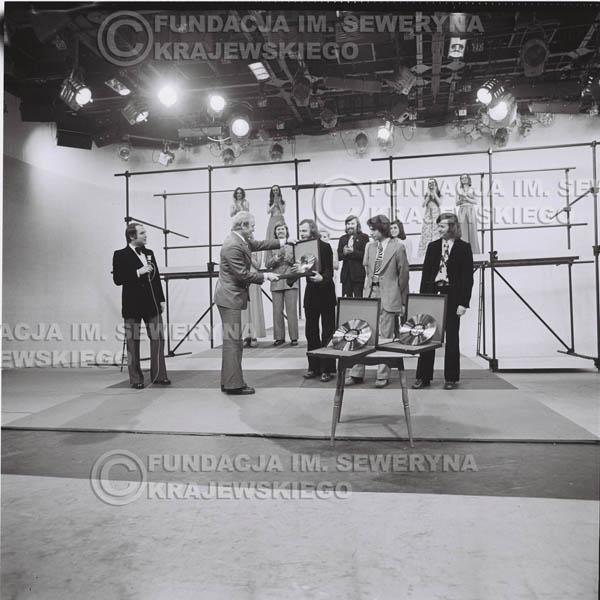 # 1395 - 1975r. studio TV Katowice, wręczenie zespołowi Złotej Płyty za Longplay 'Spokój Serca' przez v-ce dyrektora Polskich Nagrań Józefa Pielkę.
