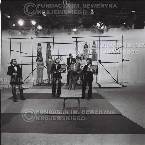 # 1397 - 1975r. studio TV Katowice, wręczenie zespołowi Złotej Płyty za Longplay 'Spokój Serca' przez v-ce dyrektora Polskich Nagrań Józefa Pielkę.