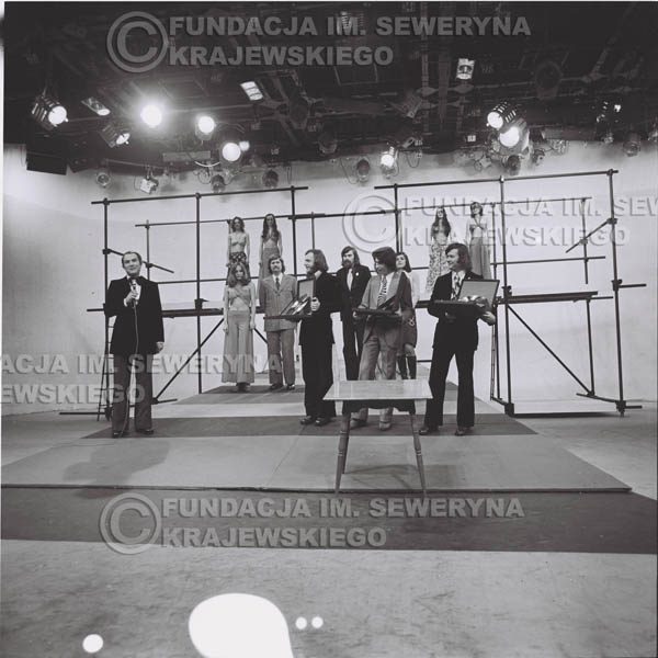 # 1398 - 1975r. studio TV Katowice, wręczenie zespołowi Złotej Płyty za Longplay 'Spokój Serca' przez v-ce dyrektora Polskich Nagrań Józefa Pielkę.