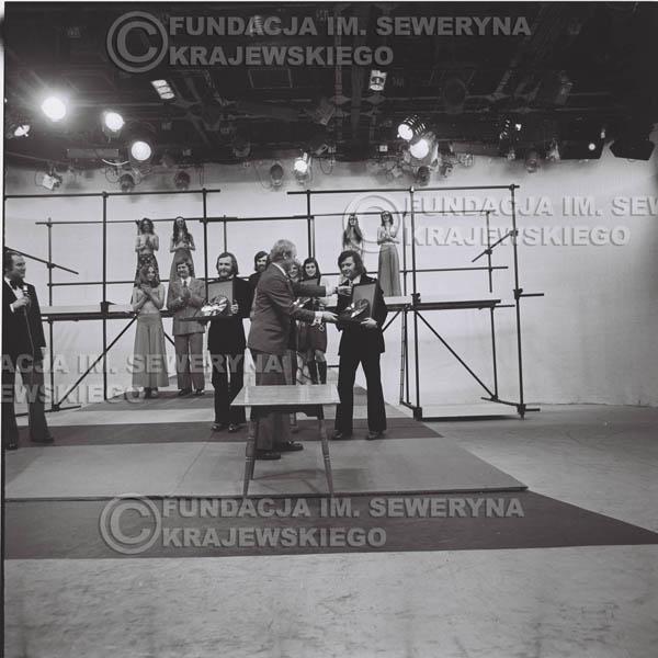 # 1399 - 1975r. studio TV Katowice, wręczenie zespołowi Złotej Płyty za Longplay 'Spokój Serca' przez v-ce dyrektora Polskich Nagrań Józefa Pielkę.