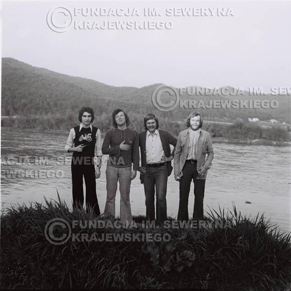 # 1403 - 1975r. sesja zdjęciowa w Sanoku. Czerwone Gitary w składzie: Seweryn Krajewski, Ryszard Kaczmarek , Jerzy Skrzypczyk, , Bernard Dornowski.