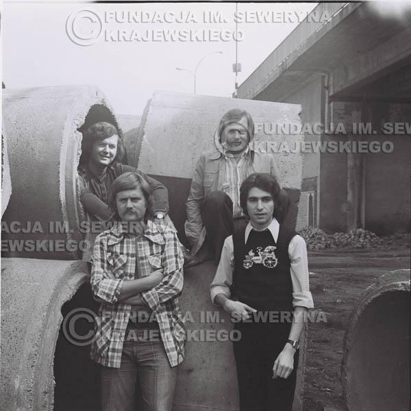 # 1406 - 1975r. sesja zdjęciowa w Sanoku. Czerwone Gitary w składzie: Seweryn Krajewski, Ryszard Kaczmarek , Jerzy Skrzypczyk, , Bernard Dornowski.