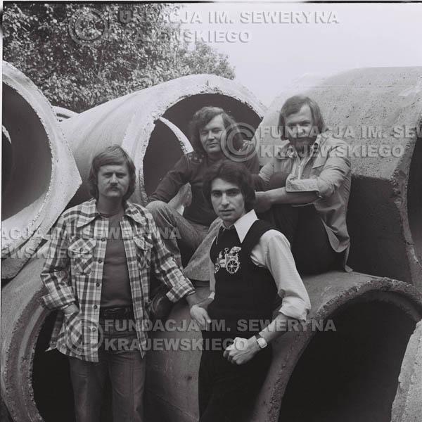 # 1409 - 1975r. sesja zdjęciowa w Sanoku. Czerwone Gitary w składzie: Seweryn Krajewski, Ryszard Kaczmarek , Jerzy Skrzypczyk, , Bernard Dornowski.