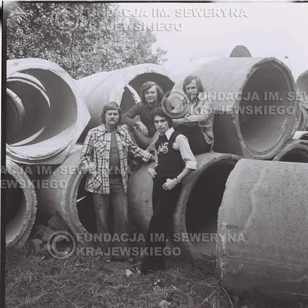 # 1410 - 1975r. sesja zdjęciowa w Sanoku. Czerwone Gitary w składzie: Seweryn Krajewski, Ryszard Kaczmarek , Jerzy Skrzypczyk, , Bernard Dornowski.