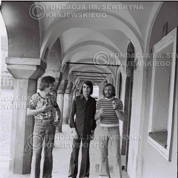 # 1422 - Sesja zdjęciowa na poznańskiej Starówce, 1973r. Czerwone Gitary w składzie: Bernard Dornowski, Seweryn Krajewski, Jerzy Skrzypczyk.