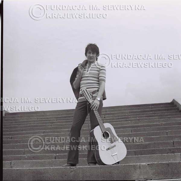 # 1424 - 1971r Krzysztof Klenczon – Gliwice, przed koncertem.