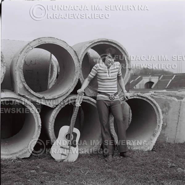 # 1429 - 1971r Krzysztof Klenczon – Gliwice, przed koncertem.