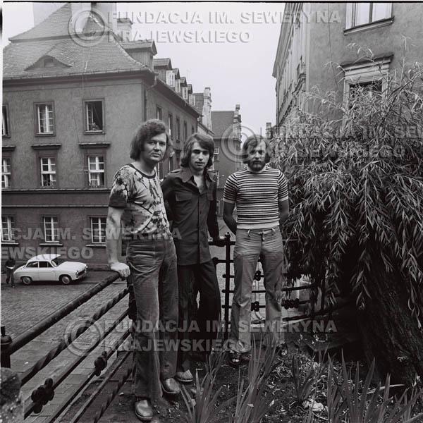 # 1435 - 1973r. Starówka w Poznaniu. Czerwone Gitary w składzie: Bernard Dornowski, Seweryn Krajewski, Jerzy Skrzypczyk.
