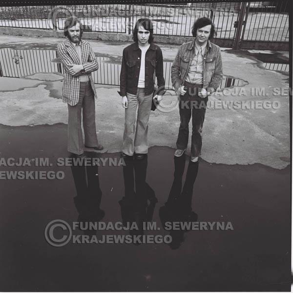 # 1454 - 1973r. Katowice, przed Halą Widowiskowo-Sportową 'Spodek'. Od lewej: Jerzy Skrzypczyk, Seweryn Krajewski, Bernard Dornowski.
