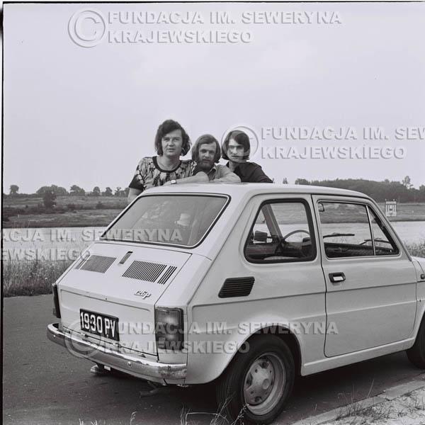 # 1464 - Poznań 1974 rok- Czerwone Gitary (w składzie: Seweryn Krajewski, Bernard Dornowski, Jerzy Skrzypczyk) z Fiatem 126p nad Jeziorem Malta, ówczesna propozycja reklamowa, która jednak nie doszła do skutku. Powstała nawet piosenka o małym polskim Fiacie
