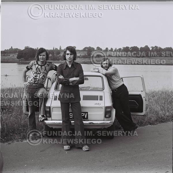 # 1470 - Poznań 1974 rok- Czerwone Gitary (w składzie: Seweryn Krajewski, Bernard Dornowski, Jerzy Skrzypczyk) z Fiatem 126p nad Jeziorem Malta, ówczesna propozycja reklamowa, która jednak nie doszła do skutku. Powstała nawet piosenka o małym polskim Fiacie