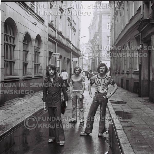 # 1476 - 1973r. Poznań, sesja zdjęciowa na ulicach Poznania. Czerwone Gitary w składzie: Bernard Dornowski, Seweryn Krajewski, Jerzy Skrzypczyk.