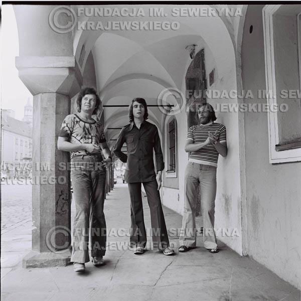 # 1496 - 1973r. Poznań, sesja zdjęciowa na ulicach Poznania. Czerwone Gitary w składzie: Bernard Dornowski, Seweryn Krajewski, Jerzy Skrzypczyk.