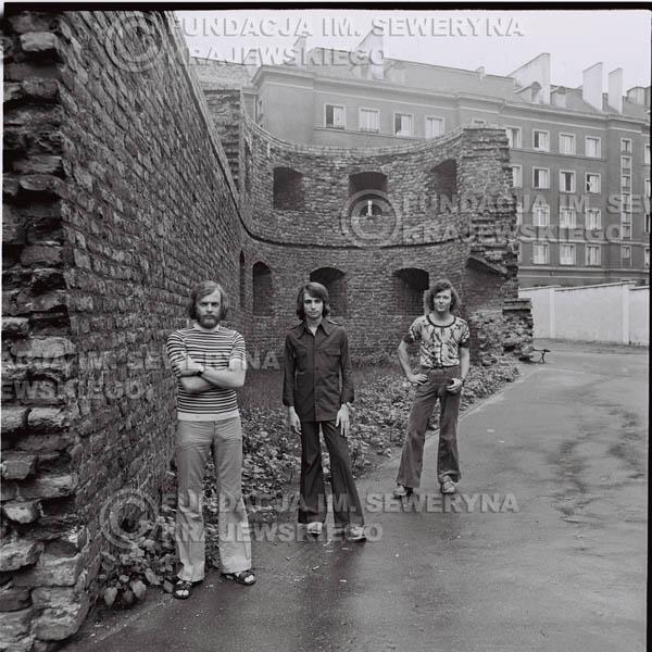 # 1497 - 1973r. Poznań, sesja zdjęciowa na ulicach Poznania. Czerwone Gitary w składzie: Bernard Dornowski, Seweryn Krajewski, Jerzy Skrzypczyk.